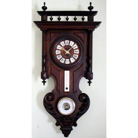 Antiguo reloj de época de origen francés, con termómetro y barómetro, funcionando.