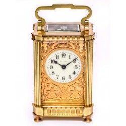 Antiguo reloj de carruaje en bronce, de origen francés en perfecto estado, con su estuche.
