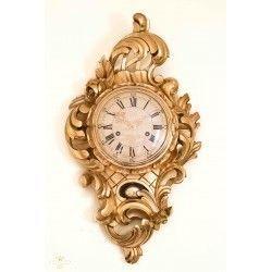 Antiguo reloj de pared de Suecia con cuerda funcionando
