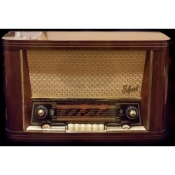 Antigua radio alemana de la marca Erfurt 3D, de los años 1950 y funcionando.