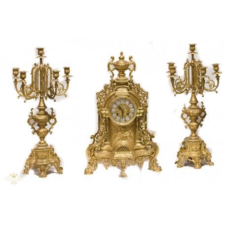 Antiguo reloj de sobremesa bronce, con sus candelabros, de origen alemán.