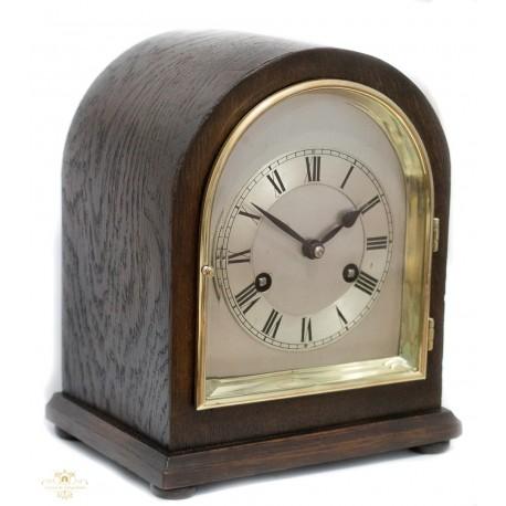 Antiguo reloj de sobremesa de origen inglés, con cuerda manual, años 1920 y funcionando.