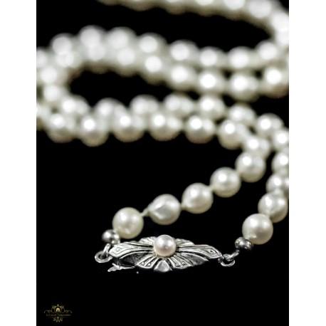 Antiguo collar de perlas blancas cultivas con cierre plata.