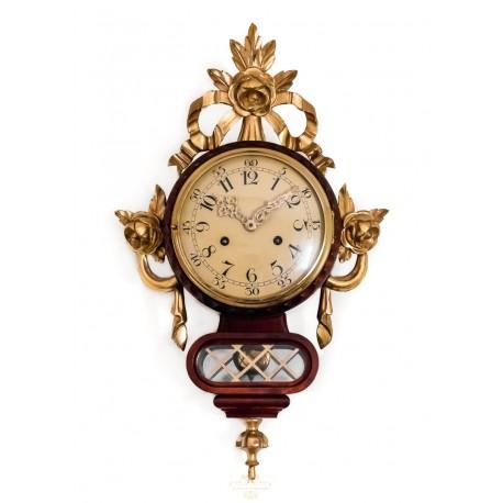 Clásico reloj de pared de madera, con pan de oro,funcionando.