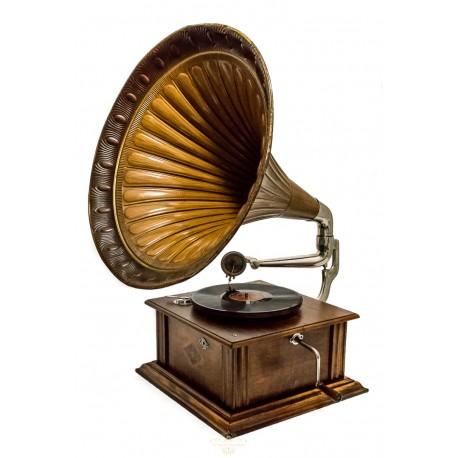 Antiguo gramófono de trompeta, de cuerda manual en excelente estado de conservación y de funcionamiento.