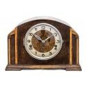 Antiguo reloj de sobremesa Art Deco, de origen inglés Smith Enfield, toca los cuartos.