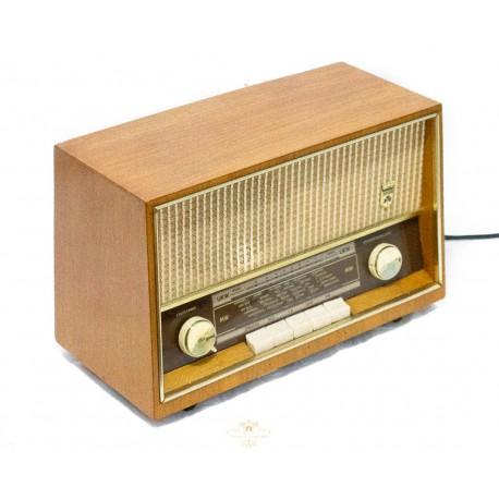 Antigua radioalemana de la marca Grundig de los años 1950 y funcionando.