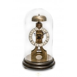 Antiguo reloj de sobremesa, de origen alemán, con cupula de cristal y funcionando.