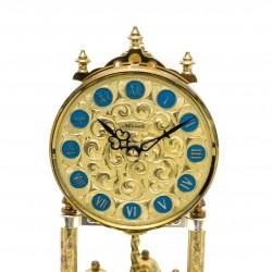 Reloj de sobremesa,de torsión de origen alemán, con cupula y funcionando.