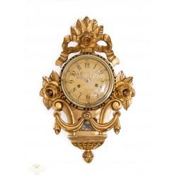 Precioso reloj de pared antiguo en madera,con cuerda manual y funcionando.