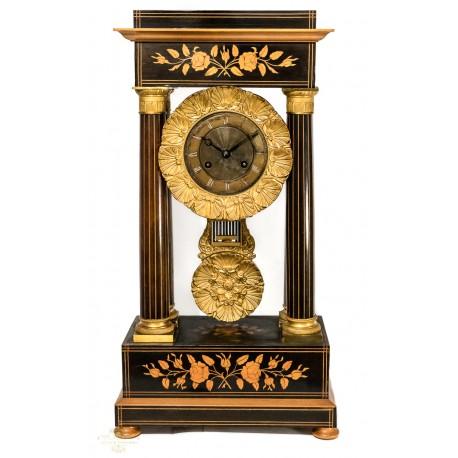 Antiguo reloj de sobremesa de origen francés de los años 1900.