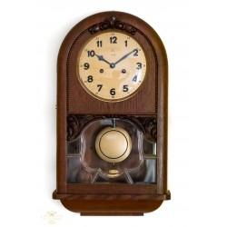 Antiguo reloj de pared de cuerda manual de la marca Vicking, funcionando.