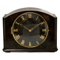 Antiguo reloj de sobremesa con cuerda manual y sonería de origen alemán