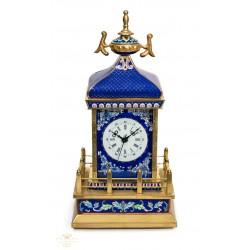 Precioso reloj cloisonne, en bronce esmaltado y de cuerda manual.