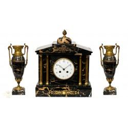 Elegante reloj de mármol con su guarnición de cuerda manual origen francés y funcionando.