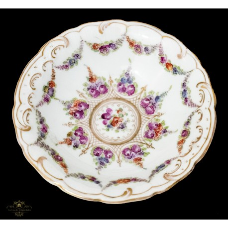 Elegante plato, pintado a mano, de porcelana francesa