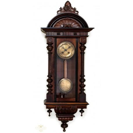Antiguo reloj de pared Alfonsino de origen alemán y funcionando.