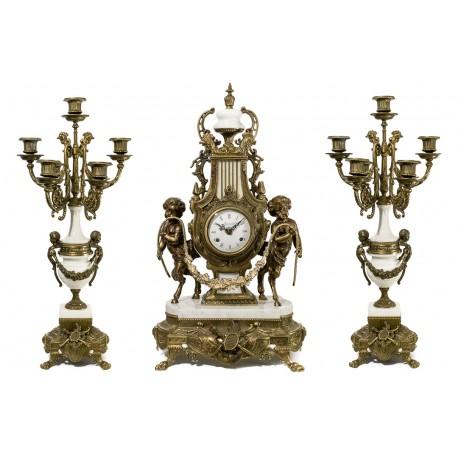 Antiguo reloj de sobremesa bronce y mármol, con sus candelabros,de cuerda manual