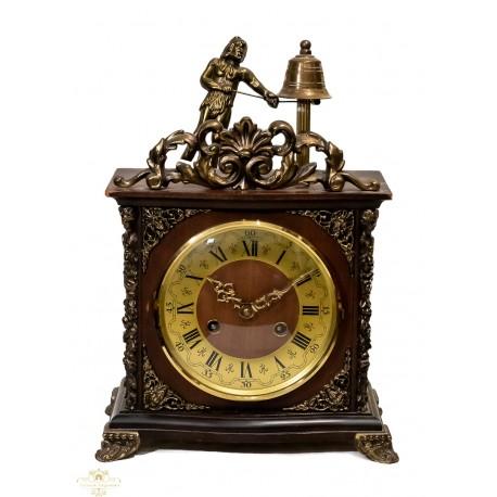 Antiguo reloj de sobremesa de la marca Hamle, con cuerda manual, funcionando.