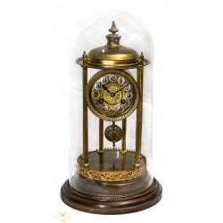 Antiguo reloj de Sobremesa de origen francés en Calamina con peana y cúpula en cristal soplado.