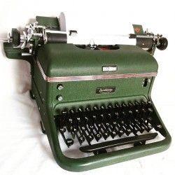 Antigua maquina de escribir, de la marca HALDA