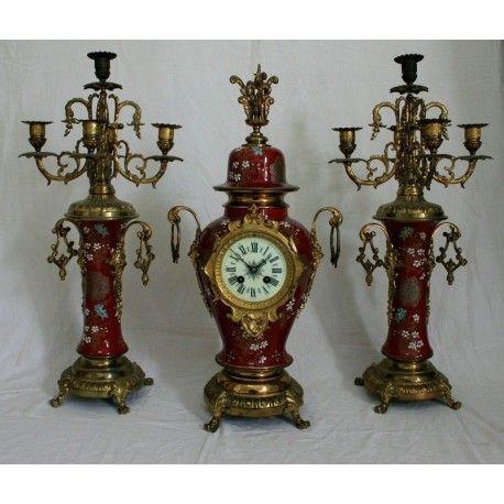 Antiguo reloj con sus candelabros a juego, maquina paris y porcelana Imari.